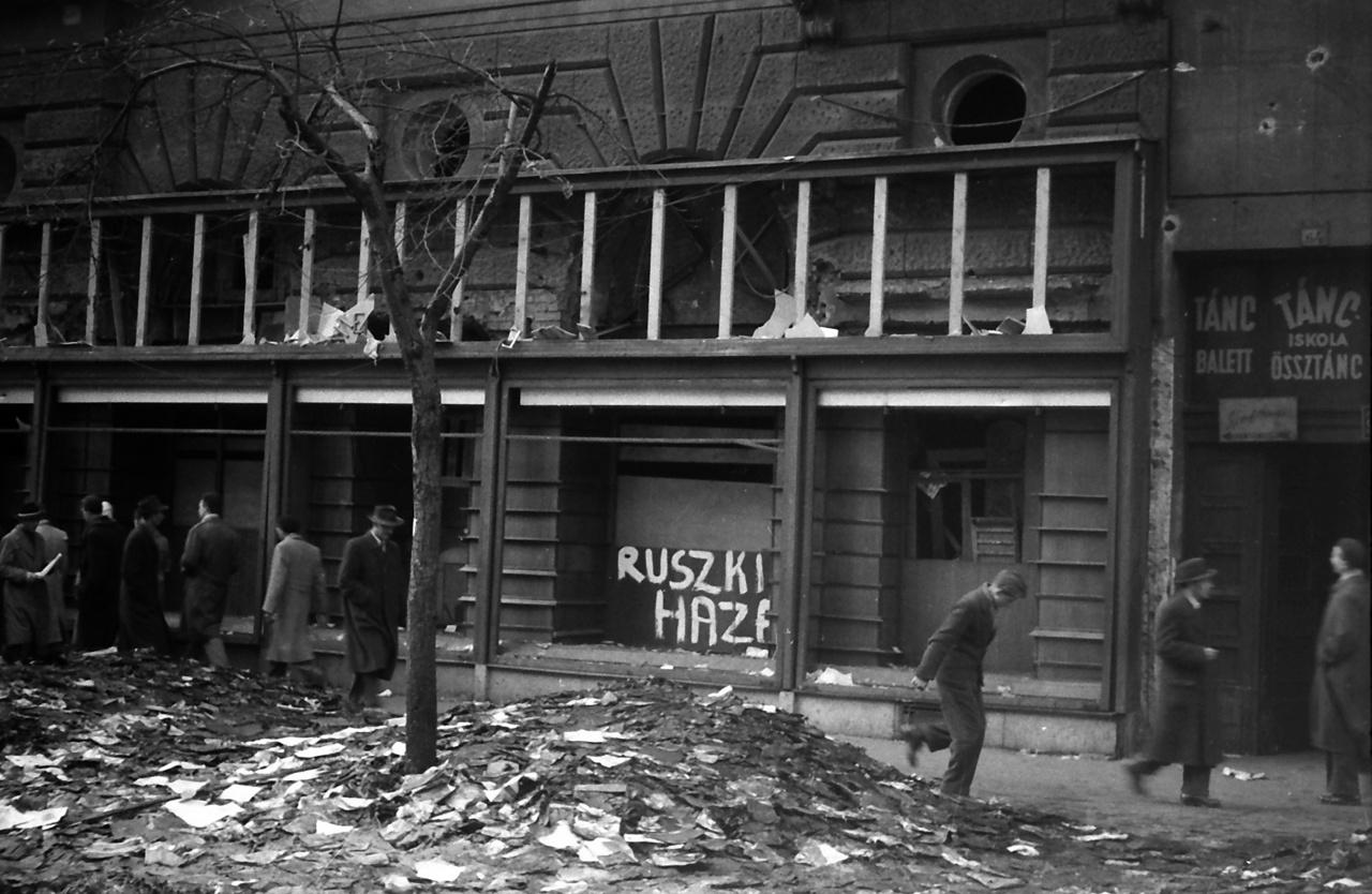 Könyvégetés, össztánc és a ruszkiknak szóló üzenet a körút és a Szófia utca sarkán 1956-bólHegedűs holttestét 1957 tavaszán kihantolták, és a Kerepesi úti temetőben helyezték végső nyugalomra. Alakját a papír húszforintos a kilencvenes évekig őrizte, a Gellérthegyi Fáklyavivő pedig a mai napig.