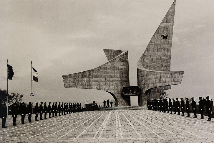 Ezen az 1971-es felvételen azért érezni a szombathelyi Felszabadulási-emlékmű méretét