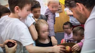 Az óvodásoknak almát osztogató fideszes polgármester helyteleníti a gyerekek kampányban szerepeltetését