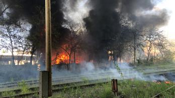 Kigyulladt egy ipartelep Budapesten a Campona környékén