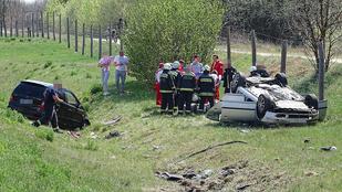 Két autó az árokba csapódott az M5-ösön