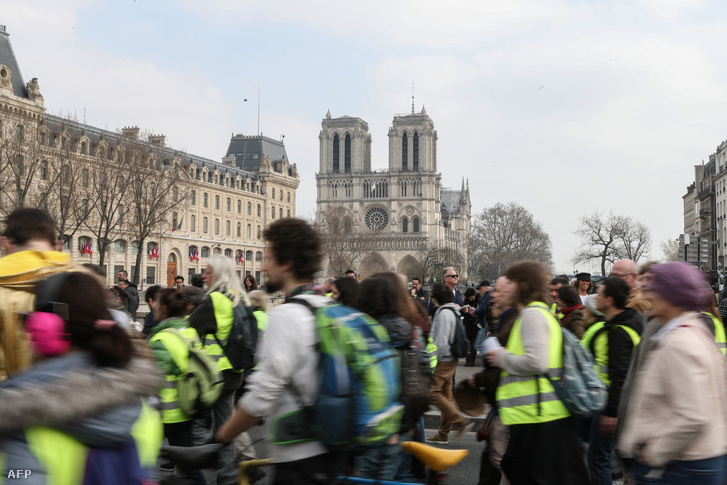 Tüntetők a Notre Dame-nál 2019. március 23-án