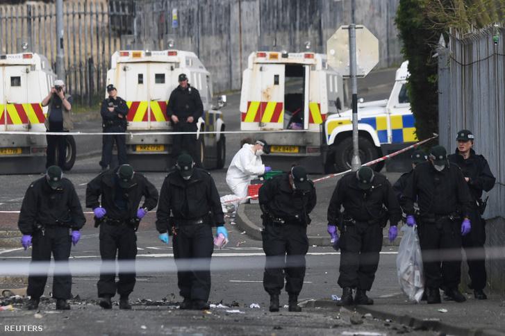 Rendőrök a gyilkosság helyszínén, Londonderryben