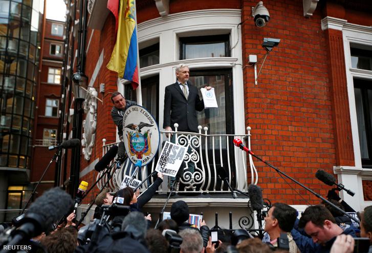 Assange a nagykövetség erkélyén 2016. február 5-én