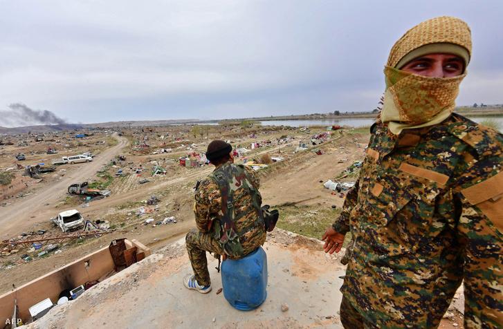 A Szíriai Demokratikus Erők két katonája Deir-ez-Zór tartományban 2019. március 24-én