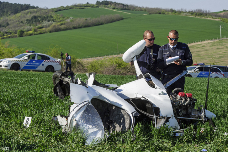 Lezuhant girokopter roncsainál helyszínelnek rendőrök a Komárom-Esztergom megyei Máraihalom és Epöl közötti mezőgazdasági területen 2019. április 20-án. A balesetben az 56 éves pilóta meghalt.