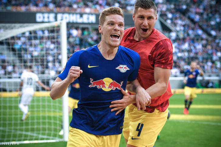Marcel Halstenberg az RB Leipzig játékosa (b) csapattársával, Willi Orbannal, miután gólt szerzett a Borussia Mönchengladbach ellen