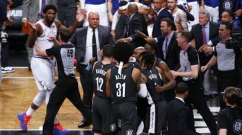 A nézők közé zuhanva ütötték egymást az NBA-sztárok