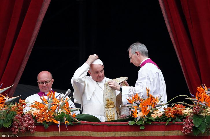 Ferenc pápa Urbi et Orbi (a városnak és a világnak) szóló üzenetét mondja húsvétvasárnapi miséje után a vatikáni Szent Péter-bazilika erkélyéről 2019. április 21-én