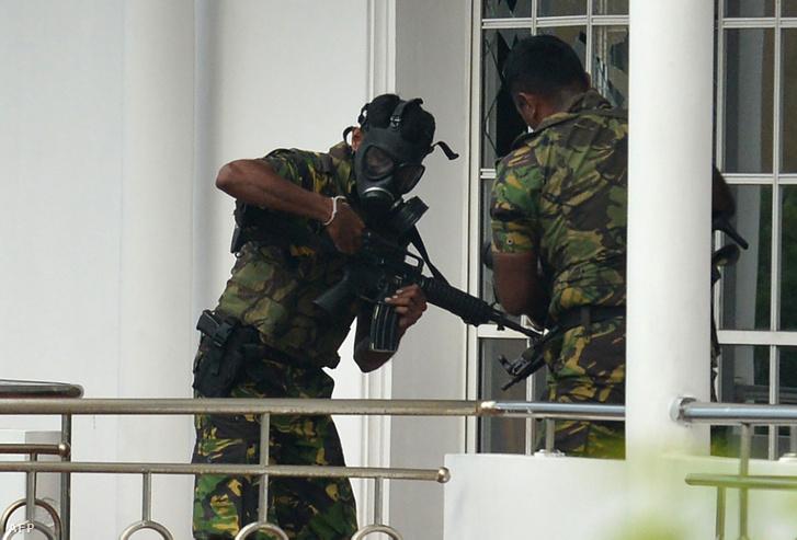 Gázmaszkos egységek egy colombói rajtaütésen.