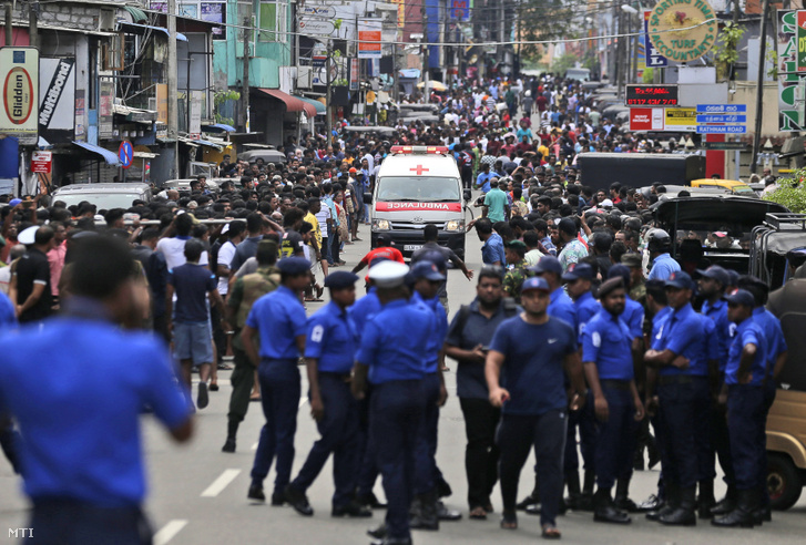 Maithripala Sirisena elnök közleményben kérte az ország állampolgárait, hogy őrizzék meg a nyugalmukat, és segítsék a hatóságok nyomozását. A Srí Lanka-i miniszterelnök összehívta az ország biztonsági tanácsát.