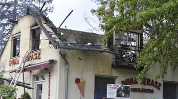 Hatalmas lángokkal égett egy cukrászda Leányfalun