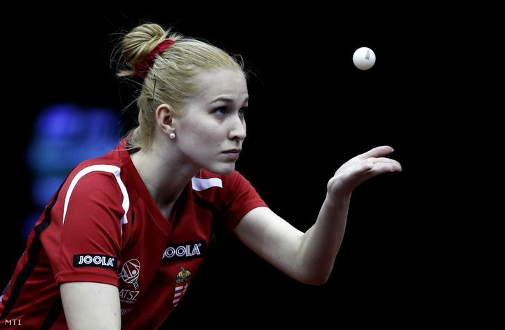 A magyar Hartbrich Leonie az iráni Mahshid Ashtari ellen játszik a budapesti asztalitenisz-világbajnokság női versenyének selejtezőjében