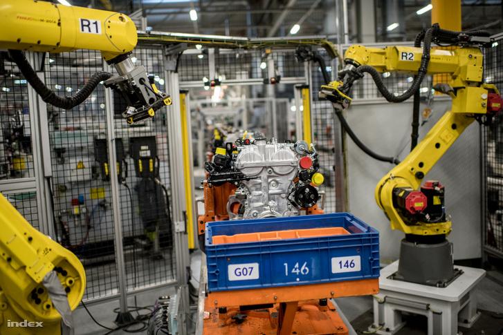 Ezt a fényképező robotot a magyar gyár munkatársai fejlesztették ki. A kész, több ellenőrzésen átesett motorról az utolsó előtti pillanatban több oldalról fotót készít, így is ki tudják szűrni az esetleges hibákat.