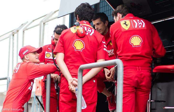 Mick Schumacher (balra) beszélget a Ferrari csapat tagjaival a bahreini teszten