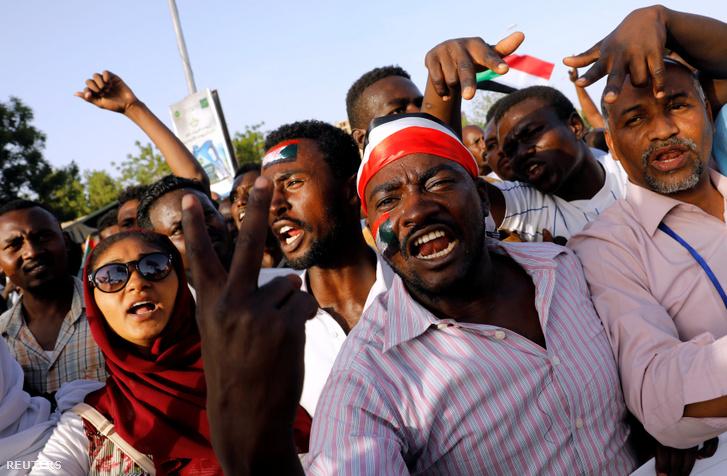 Tüntetés Kartúmban 2019. április 22-én.