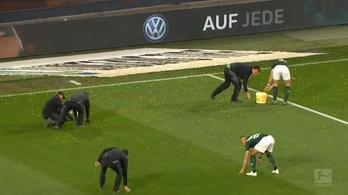 Húsvétitojás-záporral szakítottak félbe Bundesliga-meccset