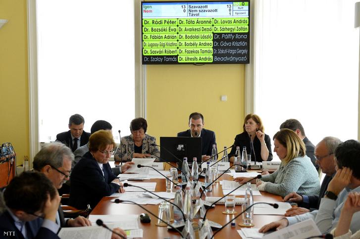 Rádi Péter a Nemzeti Választási Bizottság (NVB) elnöke (szemben j2) beszél mellette Bozsóki Éva az NVB elnökhelyettese (j) Pálffy Ilona a Nemzeti Választási Iroda elnöke (b2) és Sóskuti-Varga Gergely az NVB titkárságának fõosztályvezetõje (b) az NVB ülésén a Nemzeti Választási Iroda (NVI) Alkotmány utcai székházában 2019. április 11-én. Az ülésen nyilvántartásba vették a Jobbik a Fidesz-KDNP és a Momentum listáját a május 26-i európai parlamenti (EP-) választásra