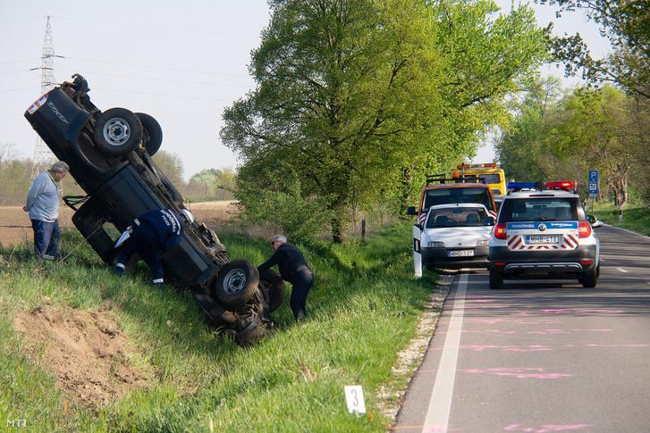 Letért az úttestről, árokba hajtott és felborult egy személygépkocsi a 63-as főút 23-as kilométerénél, Nagydorog térségében 2019. április 22-én, vezetője a helyszínen életét vesztette.
