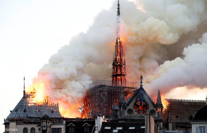 A Notre-Dame székesegyház lángoló huszártornya 2019. április 15-én