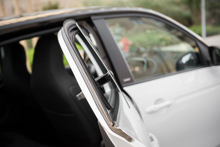 A hátsó ablak az iparági sztenderndnek megfelelően kibillenthető