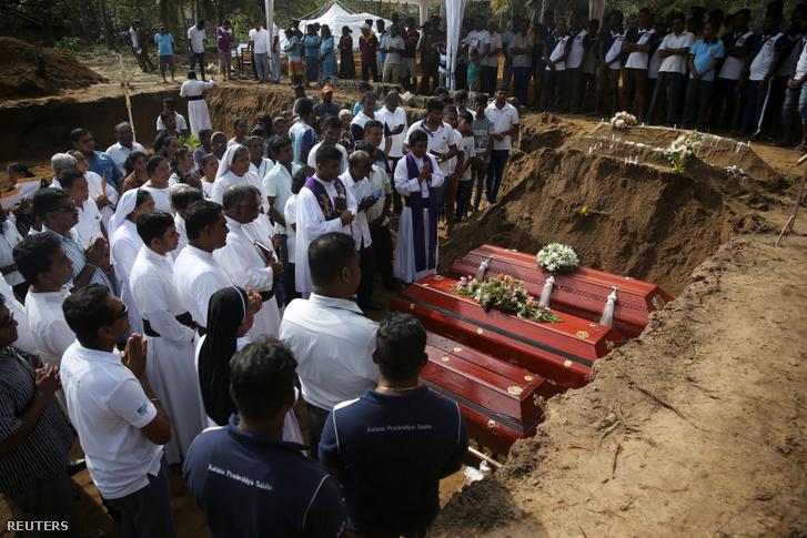 Temetik a robbantásos merényletek áldozatait Srí Lankán 2019. április 23-án