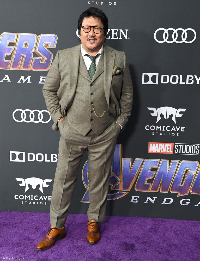 A filmbeli varázslópartnere, Benedict Wong, egy laza, világos öltönyt viselt