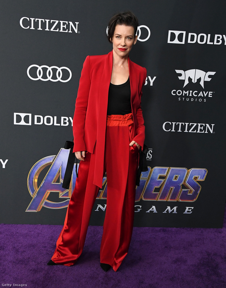 Evangeline Lilly már egy sokkal izgibb, vonalat kapott el ezzel az élénk piros együttessel.