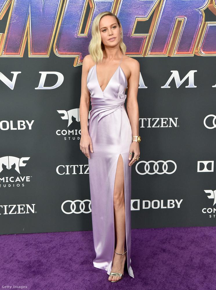 Brie Larson egy fénylő, lila darabban mutatta meg szexi alakját.