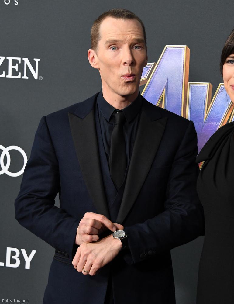 Cumberbatch-nek itt vagy sietős a dolga és menne már a fotósok elől, vagy Dr