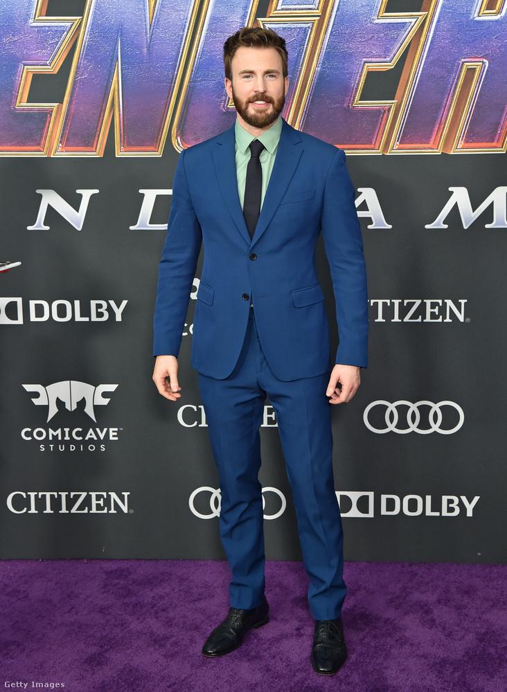 Chris Evans unalmas öltönyét egy szokatlan színű inggel dobta fel.