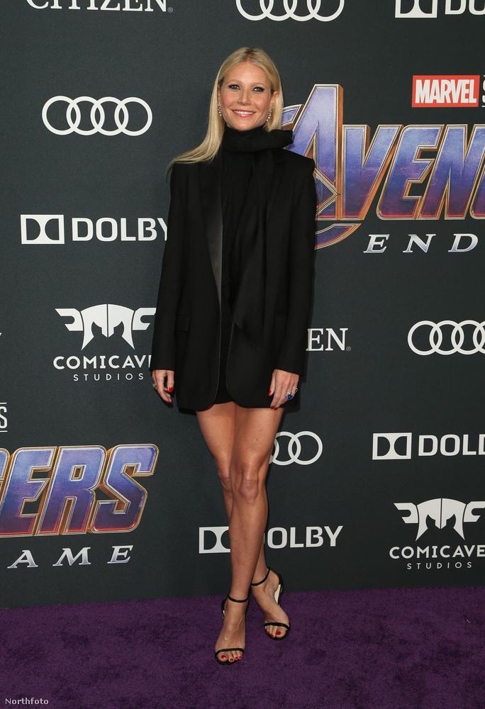 Gwyneth Paltrow egy konszolidált blézerben jelent meg, ami azért tudott annyira szexi lenni, hogy kivillanjanak a színésznő hosszú lábai.
