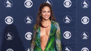 Jennifer Lopez a köldökig kivágott Versace-ruhájáról nosztalgiázott