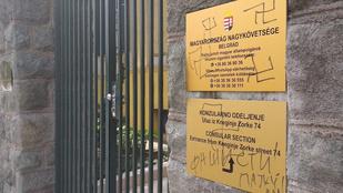 Horogkeresztekkel firkálták össze a belgrádi magyar nagykövetséget