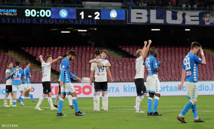 Az Atalanta játékosai ünnepelnek a Napoli ellen vívott mérkőzés végén 2019. április 22-én