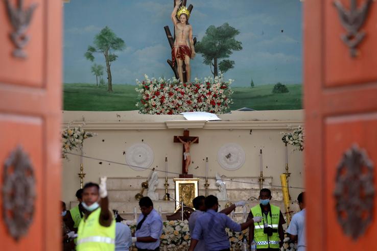 Rendőrök helyszínelnek a Szent Sebestéyn templomban Negombo városában