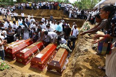 A merényletsorozat áldozatainak temetése Negombo városában