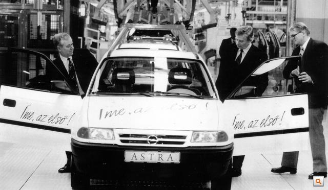 Antall József miniszterelnök és Bob Eaton, a GM későbbi vezérigazgatója beszállnak az első Astrába