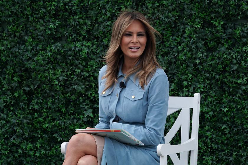 Melania Trump egy babakék kabátruhát viselt húsvéthétfőn.