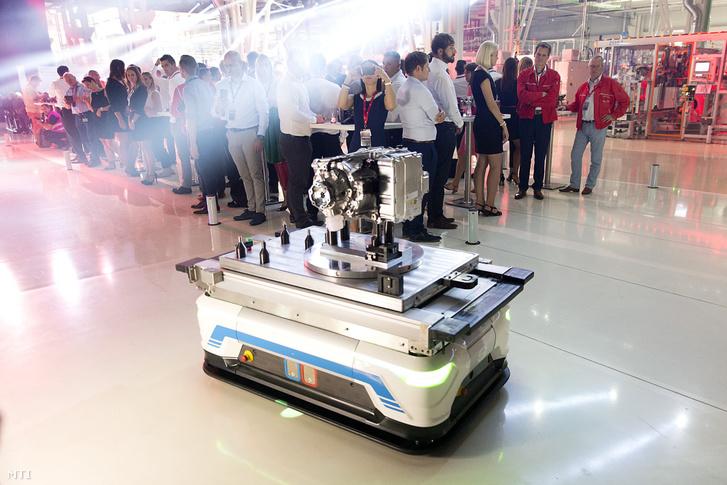 Alkatrészeket szállító robot az Audi Hungaria Zrt. elektromos motorokat gyártó győri üzemében tartott ünnepségen 2018. július 24-én.