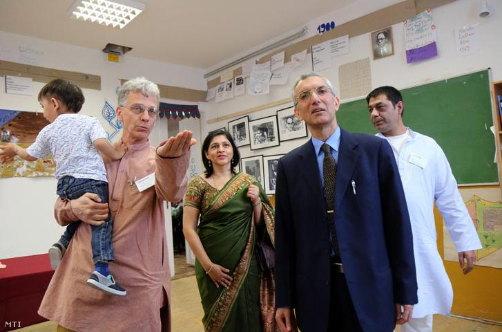 Derdák Tibor, a sajókazai Ámbédkar gimnázium igazgatója (b) Rahul Csabra, India budapesti nagykövete (j2) és Orsós János, a Dzsaj Bhím közösség elnöke (j) az iskolában, ahol felavatták az intézmény névadójának szobrát 2016. április 14-én.