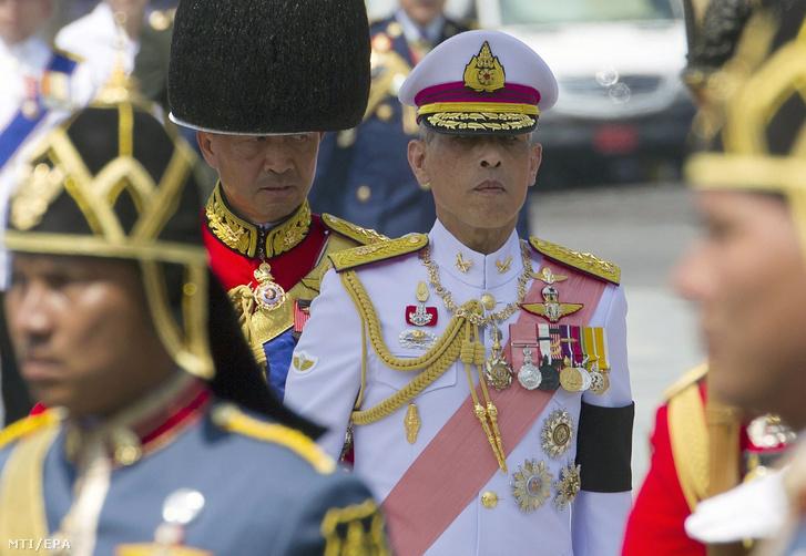 Maha Vadzsiralongkorn azaz X. Ráma király (k) az apja Bhumibol Aduljadedzs más néven IX. Ráma thaiföldi király temetési szertartásán