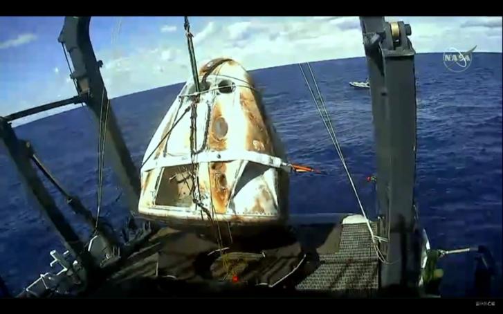 Az óceánból kiemelt, kissé megviselt Crew Dragon