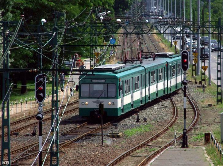 A MÁV Start Zrt. által üzemeltetett H8-as HÉV-vonal egyik szerelvénye megérkezik Gödöllõrõl az Örs vezér téri végállomásra.