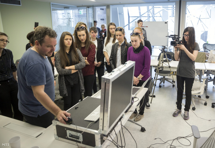 Lányok Napja a Ustream Hungary Kft. internetes videoközvetítés-szolgáltató budapesti fejlesztői központjában, 2016. április 28-án.