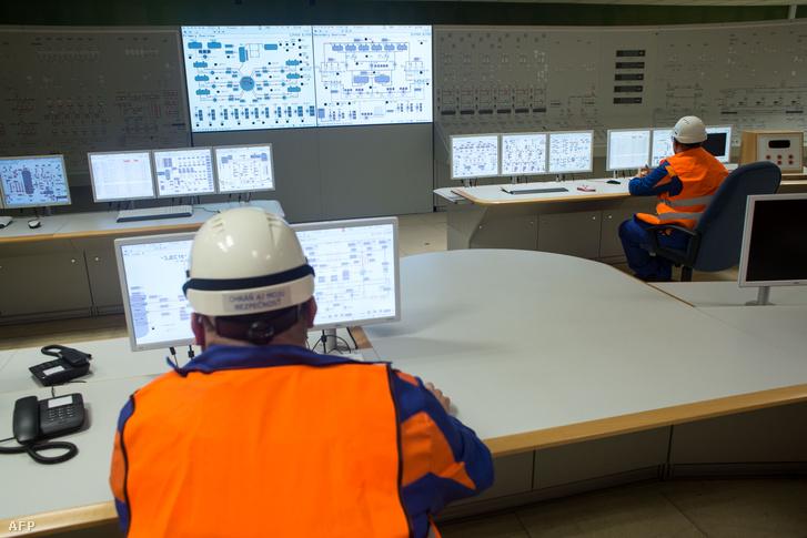 Operátorok ellenőrzik a vezérlő helyiségben a 3. blokk építési munkálatait a mohi erőműben 2015. november 3-án.