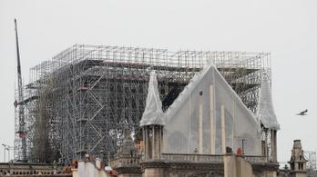 A tűz után most a víztől kell félni: épül a ponyva a Notre-Dame köré