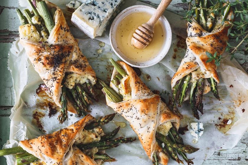 Roppanós spárga leveles tésztában, sajttal, fűszeresen: tavaszi villámvacsora