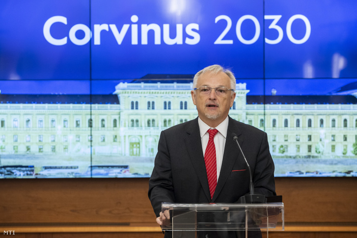 Hernádi Zsolt, a Mol elnök-vezérigazgatója beszél a Corvinus Egyetem fenntartóváltásának legfrissebb fejleményéről tartott sajtótájékoztatón, az egyetem konferenciatermében 2019. április 24-én.