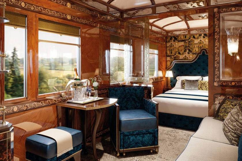 A Venice-Simplon Orient Express az a világhírű vonat, melyen Agatha Christie híres regénye is játszódik. A Velence-Budapest útvonalon a kétszemélyes kabinért fejenként 3 100 fontot, azaz nagyjából 1 millió 150 ezer forintot kell fizetni.